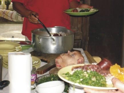 Cabeça de porco à mesa com feijoada, 2005